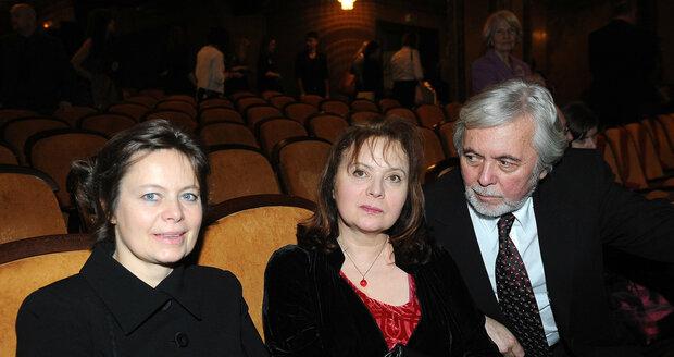 Obě sestry se setkaly na premiéře filmu Přijde letos Ježíšek? Zleva: Mirka, Libuška a Josef Abrhám