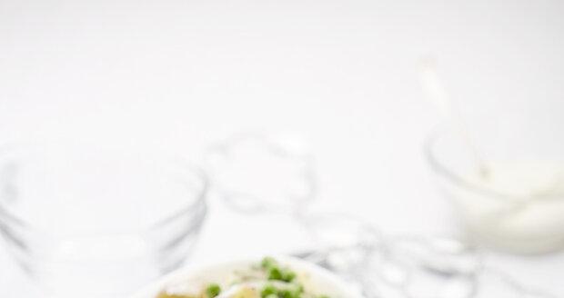 Teplý salát z růžových brambor s hráškem