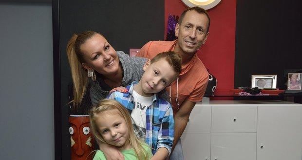 S manželkou Brigitou, synem Samuelem (9) a dcerou Viktorkou (6) tvoří spokojenou rodinu.
