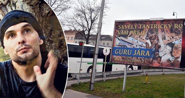 Uprchlý nadsamec Guru Jára (42): Měl 3000 žen, teď provokuje na billboardu!
