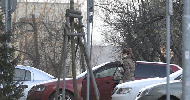 Milenka Hadamczika nasedá do auta, které jí daroval kouč hokejové reprezentace.