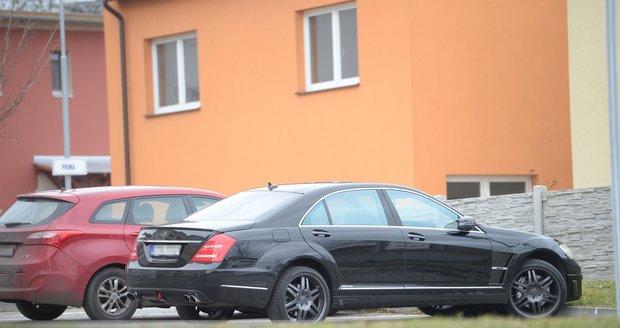Hadamczikovo auto před bytem v Hlučíně, kde bydlí jeho milenka.
