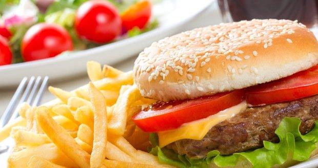 Výborný hamburger si můžete udělat i doma.