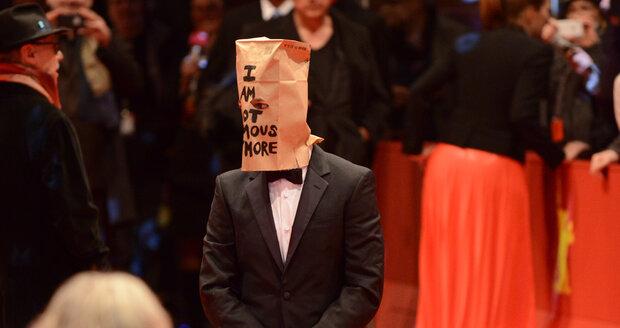 Podivné chování herce Shia LaBeoufa na berlínském festivalu, zarazilo mnoho lidí