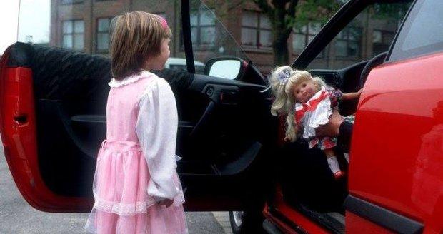 Děti musí být obezřetné, starší muž je láká do auta. (ilustrační foto)