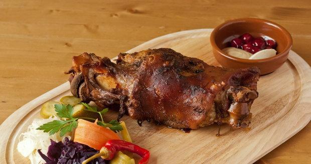 Pečené koleno je vynikající s naloženými okurkami a cibulkami.