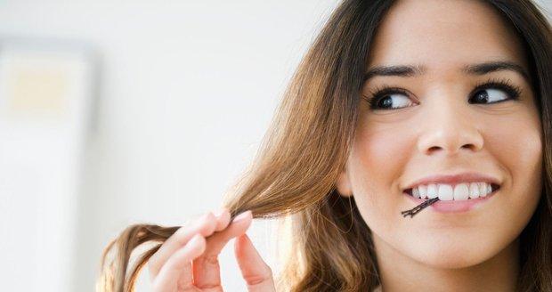 Řídnoucí vlasy jsou noční můrou mnoha žen.