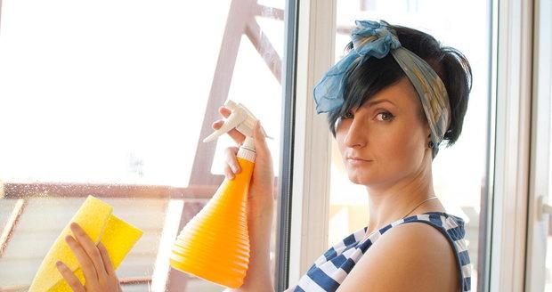 Na mytí oken použijte hadr, který nepouští chlupy.