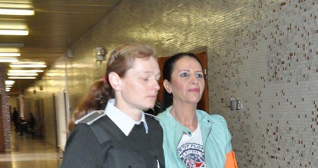 Ve vazbě byla Nora na soudy zvyklá.