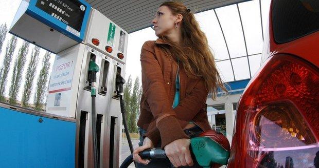 Benzin a nafta prudce zdražují. Litr stojí kolem 33 korun, nejvíc za tři roky