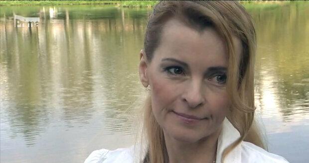 Iveta Bartošová u rybníku...