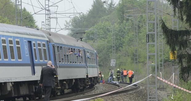 Bartošová čekala, až se vlak dostane k ní, pak teprve skočila.