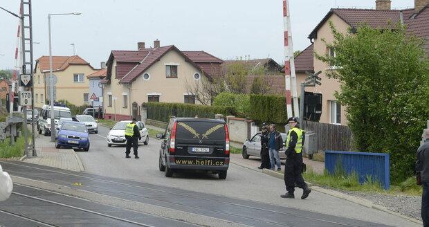 Pohřební vůz odjíždí z místa, kde zemřela Iveta Bartošová
