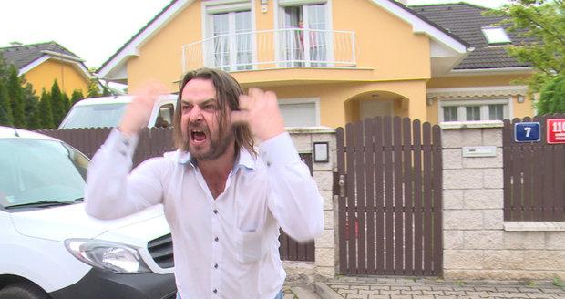Macura před domem Bartošový řval jako smyslů zbavený.