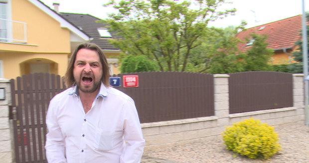 Macura se psychicky zhroutil a před domem Ivety na Macuru řval, že je vrah.