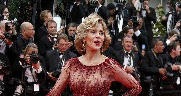 Jane Fonda ladí s červených kobercem v Cannes.