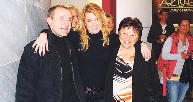 Rodina Ivety Bartošové se s ní rozloučila v tichovsti a po svém.