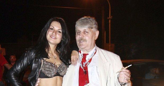 Jonák vyšel po 18 letech z vězení: Nemá peníze, ale jezdí luxusní audinou! Kdo ho živí?