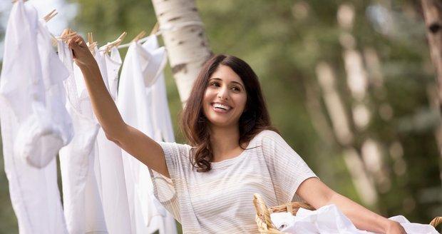 Naučíte-li se prádlo chytře pověsit, ušetříte si žehlení.
