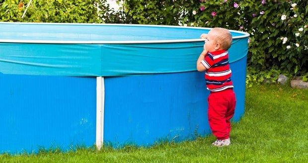 Chlapeček (1) se topil v bazénu rodinného domku na Opavsku. Je v kritickém stavu. Ilustrační foto