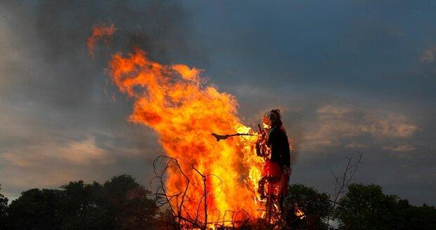 Oheň je spojován s mocí Slunce a k Slunovratu také patří