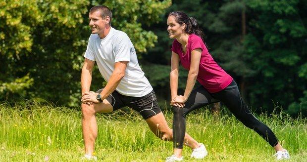 Před tréninkem se protahovat nemusíte, ale je dobré se zahřát. Po tréninku je naopak strečink žádoucí.