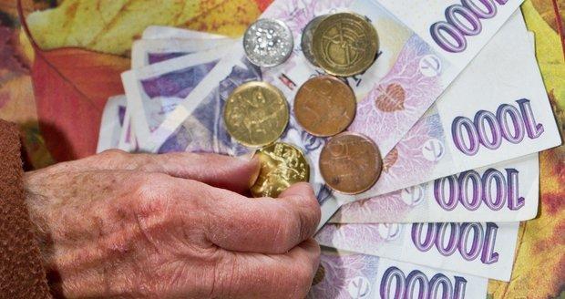900 korun k důchodu nebude pro každého. Komu a jak se zvýší penze v příštím roce?