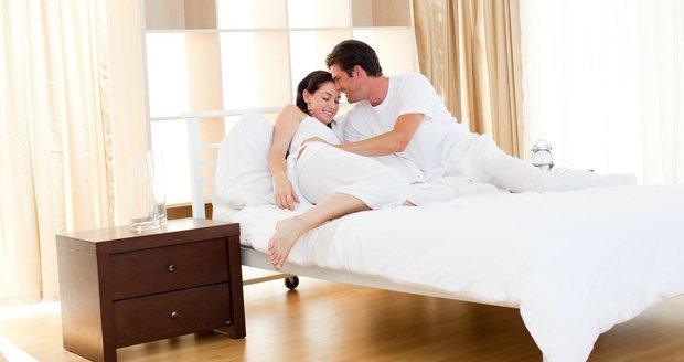 Žena zvládá péči o manžela jen díky milenci