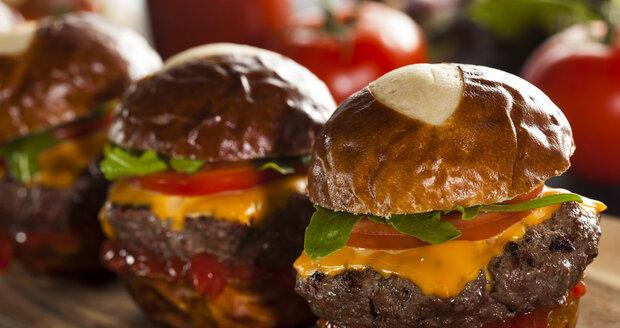 Domácí bulka je korunou hamburgeru