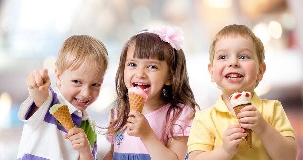 V létě dětem zmrzlinu klidně můžete dopřát, jen je potřeba pečlivě vybrat jakou. Některé, jako například ty v kornoutu, vydají za celý oběd.