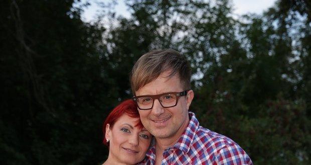 Zpěvák Petr Kotvald s manželkou.