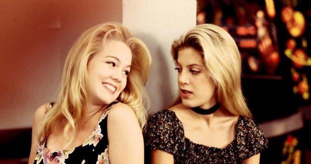 Hvězdy 90. let Donna a Kelly jako naivní školačky v seriálu Beverly Hills 90210.