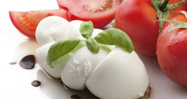 Chutnou mozzarellu si zvládnete vyrobit i doma.