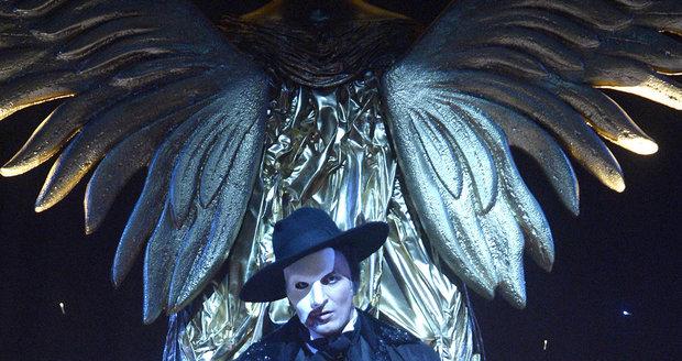Muzikál Fantom opery vypráví příběh o chlapci se znetvořenou tváří, kterou skrývá pod bílou masku.