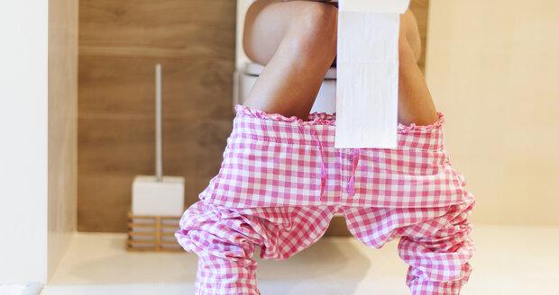 Dlouhé vysedávání na záchodě může způsobit zdravotní problémy.