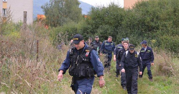 Pátrání po Elišce (9): Policisté pročesávající Klášterec nad Ohří
