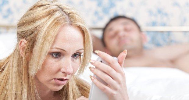 Než se rozhodnete číst partnerovi mobil, měla byste si to opravdu pořádně rozmyslet!