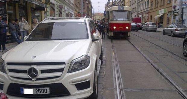 Auto s prominentní SPZ zablokovalo dopravu v centru Prahy