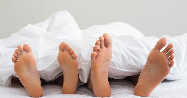 Ze sexu s novým partnerem si můžete odnést nejen požitek, ale i zánět močových cest.