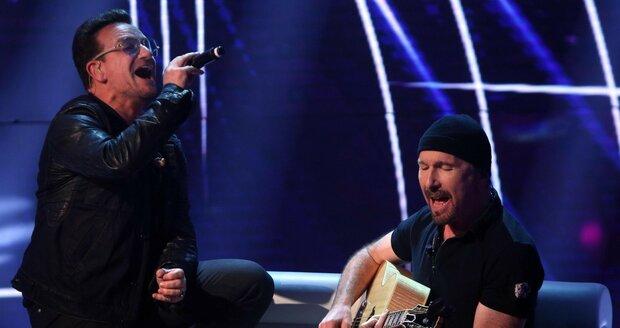 Bono a Edge během vystoupení