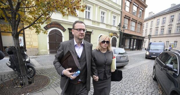 Manželé Nečasovi přicházejí k soudu pevně ruku v ruce