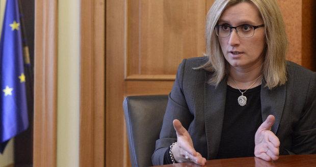 Senát odložil veřejné zakázky. Česku hrozí pokuta, varuje Šlechtová