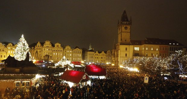 Sto tísíc žárovek! V Praze rozsvítili vánoční strom