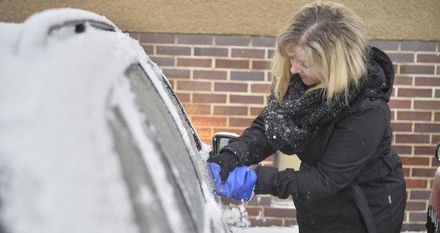 Před vyjetím důkladně odstraňte námrazu či sněhovou vrstvu nejen z předního a zadního skla, ale také z bočních oken a zpětných zrcátek. Nezapomeňte na světla a na registrační značku. Ilustrační foto
