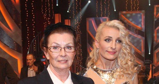 Evelyna nedá ani na doporučení rodiny, hlavně dcery Anny Polívkové a raději trpí než aby šla na operaci.
