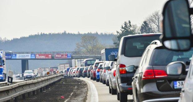 Hromadná nehoda zkomplikovala provoz na dálnici D10 (ilustrační foto).