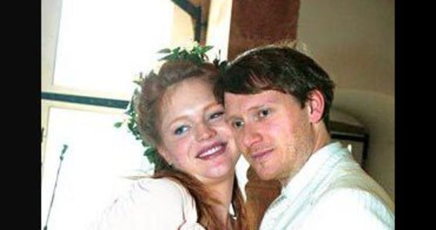 Ester se za Jana Kadlece provdala v roce 2005 a porodila mu dvojčata