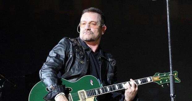 Frontman kapely U2 kvůli titanovému loktu nemůže hrát na kytaru