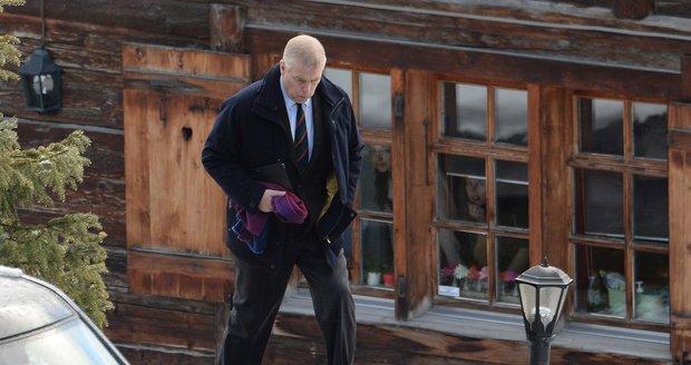 Princ Andrew odjíždí ze švýcarského horského rezortu, kde byl na zimní dovolené.