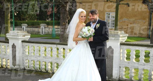 Ornella a Josef Koktovi ve svatební róbě. Exkluzivní fotky z veselky přinesl webový portál FREE1.cz.